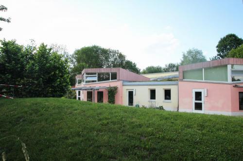 Kindergartengebäude mit Hügel