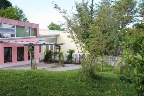 Kindergartengebäude mit Vorgarten